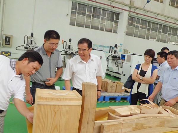 威德力-家具业领导来指导科研工作